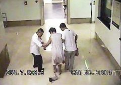 孕妇半夜临盆走进医院大厅 孩子掉落在地