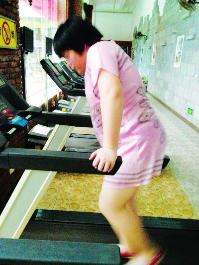 小雨正在跑步机上跑步减肥。 记者杨枫 摄