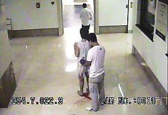 父亲抱着婴儿,一家人等着,的哥跑去找医生
