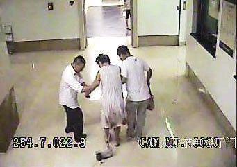 刚走进医院大厅,孩子就掉落在地